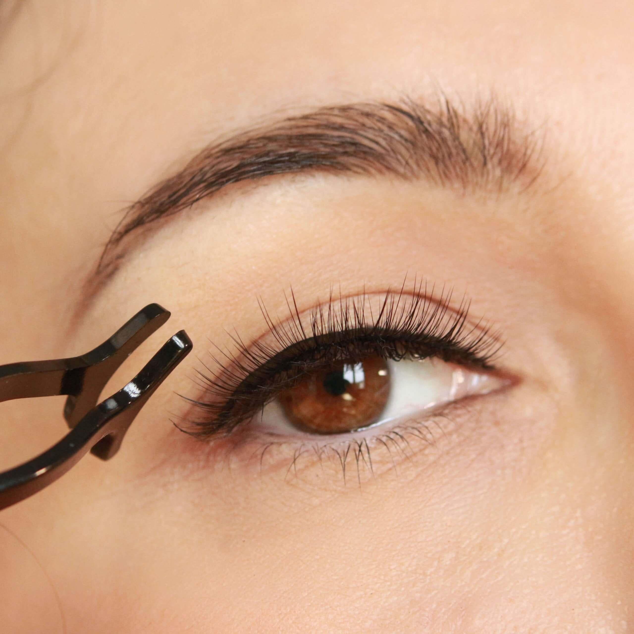 Come mettere l'eyeliner magnetico e le ciglia finte magnetiche. Tutti i consigli.